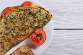 Omelet with spinach and tomatoes. top view — Stock Photo