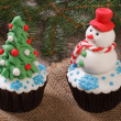 Two Christmas cupcake: Christmas tree and snowman on the table — Stock Photo