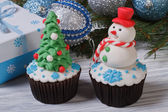 Two muffins Christmas spruce with toys and a snowman — Photo