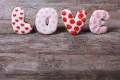 字母词的爱组成的木制的桌子上的饼干 — 图库照片