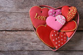 Many different gingerbread hearts in a gift box for Valentine's — Stock Photo