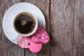 Black coffee and pink heart cookies on the table — Stock Photo