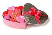 Galletas de color dulce corazón en festivo cajas aisladas sobre fondo blanco — Foto de Stock