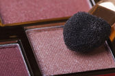 Eyeshadow in pink tones and applicator close-up. — Stock Photo
