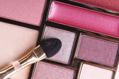 Eyeshadow in pink tones and lip gloss and applicator close-up — Stockfoto