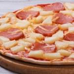 Juicy Hawaiian pizza with pineapple and ham — Stock Photo #41598973