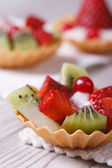 Tartlets with strawberries, kiwi and cranberries vertical — Stock Photo