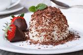 Panna cotta with dark chocolate and strawberries close-up — Photo