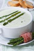アスパラガスのクローズ アップとクルトンのクリーム スープ. — ストック写真