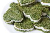 зеленый сердце из шпината и сыра изолированные — Стоковое фото