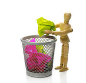 Puppet throw paper in trash can — Stock fotografie