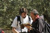和尚和男人说话的客西马尼园花园 — 图库照片