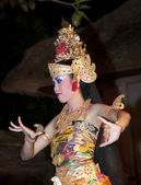 UBUD - 05 April 2011: dancing girl in Ubud Bali dancing for tour — Stock fotografie