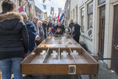 Children playing dutch shuffleboard on the street during festiva — Stock Photo