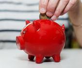 Weibliche Hand Geld sparen — Stockfoto