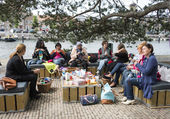 Woman knitting on a sofa outside on multiculture day in holland — Stock Photo