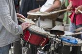 люди играют музыку на рынке — Стоковое фото