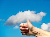 Hand mit daumen in den himmel — Stockfoto