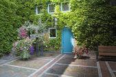 Home with beautifull garden — Stock Photo