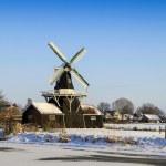 krásné staré holandské woodmill 1903 v zimě — Stock fotografie