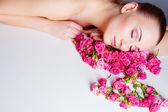 Kobieta z kwiatów róży — Zdjęcie stockowe