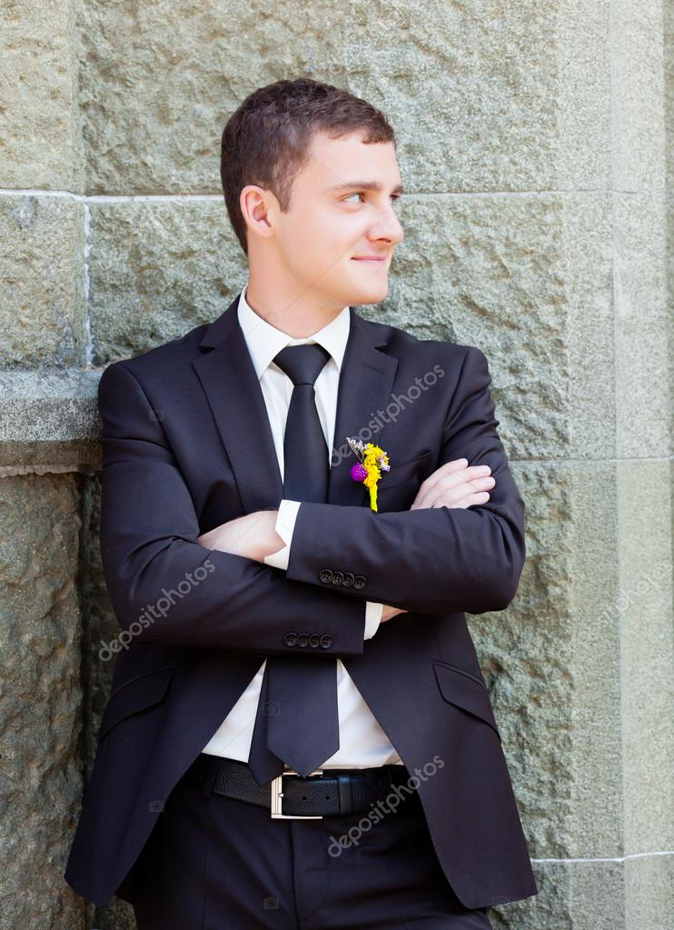 Young groom outdoor portrait — Stock Photo #15310399