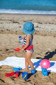 Liten flicka på stranden — Stockfoto