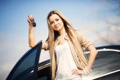 Flicka med bilnyckel — Stockfoto