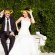 Newlyweds in the park — Stockfoto