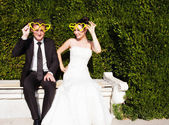 Newlyweds in the park — Stock Photo