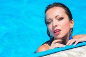 Yüzme havuzunda kız — Stok fotoğraf