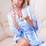 Beautiful woman eating cake — Stock Photo #31054945