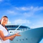 jeune femme près de navire de croisière — Photo