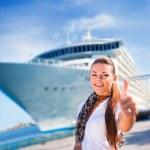 mladá žena poblíž výletní loď — Stock fotografie