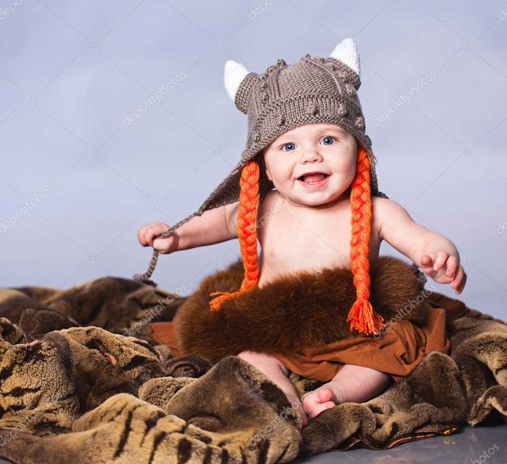 Petit b b au chapeau style viking photographie kirill grekov 33236723 - Foto de garcon ...