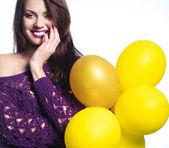 Retrato de menina com balões amarelos — Fotografia Stock