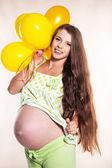 Zwangere vrouw met ballonnen — Stockfoto