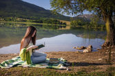 Garota perto do lago — Fotografia Stock