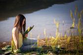 Göle yakın kız — Stok fotoğraf