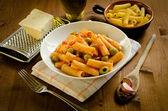 Tortiglioni com azeitona verde e molho de tomate — Fotografia Stock