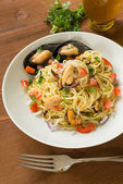Spaghetti with mussels, tomato, onion and parsley — 图库照片