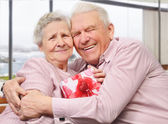 Smiling senior couple hugging — Stock Photo