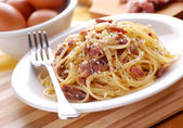 Spaghetti carbonara in a white dish — Stock Photo