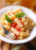 Makaron rigatoni z pomidorami — Zdjęcie stockowe