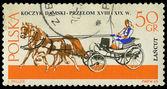 Polonia - intorno al 1965: un timbro stampato in polonia mostrando cavalli disegno carrozza, intorno al 1965 — Foto Stock