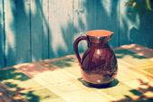 Vintage retro kruik op een tafel — Stockfoto