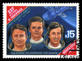 USSR - CIRCA 1985: stamp printed in USSR, shows portraits Cosmonauts L. Kizim, V. Soloviov, O. Atkov and Spacecraft Salyut-7, circa 1985 — Fotografia Stock