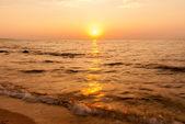 Röd gul soluppgången över havet — Stockfoto