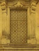 Historyczne kwiecisty drewniane drzwi w kamień wejścia, Praga, Czeska re — Zdjęcie stockowe