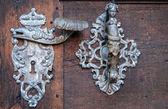 Maniglia particolare decorazione della vecchia porta d'ingresso a Praga — Foto Stock